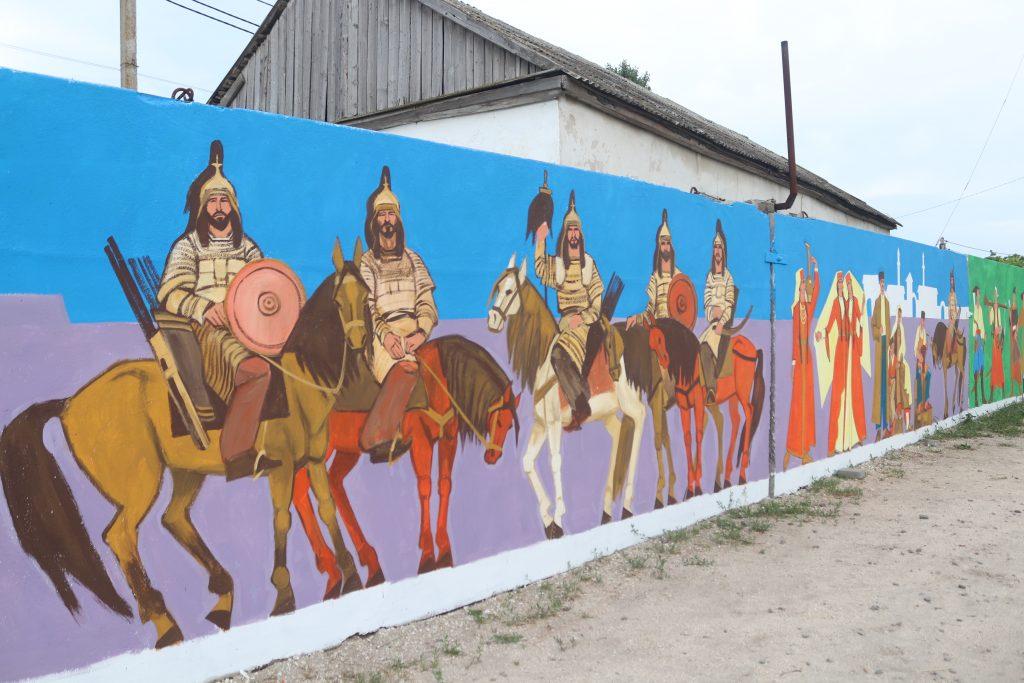 Художник с Геническа создает картины на стенах об истории Арабатской Стрелки